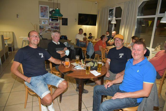 In café Bij Plekker viert men de overwinning van Dries De Bondt.