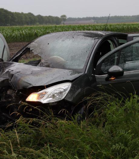 Splinternieuwe auto in brand na botsing tegen boom tussen Schaijk en Zeeland, bestuurder naar ziekenhuis