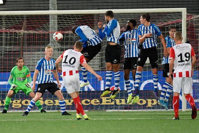 Philippe Rommens maakt uit een vrije trap de 1-0 voor TOP Oss, thuis tegen FC Eindhoven.