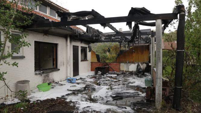 Brandstichting in leegstaande woning: veranda gaat in vlammen op