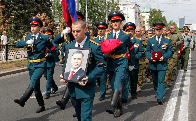 Pro-Russische militanten tijdens de uitvaart van Aleksander Zachartsjenko. Beeld EPA