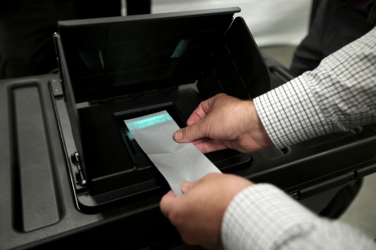 20121006 - AALTER, BELGIUM: Illustration picture shows a demonstration of a new electronic voting system in Lotenhulle, Aalter, Saturday 06 October 2012. This system will be used in about ten villages at the upcoming local elections of 14 October. BELGA PHOTO NICOLAS MAETERLINCK Beeld BELGA