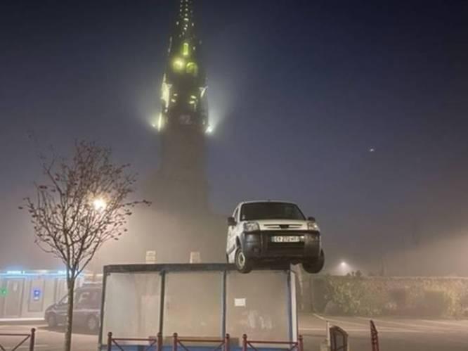 Mysterie opgelost: zo kwam deze bestelwagen op een bushokje terecht
