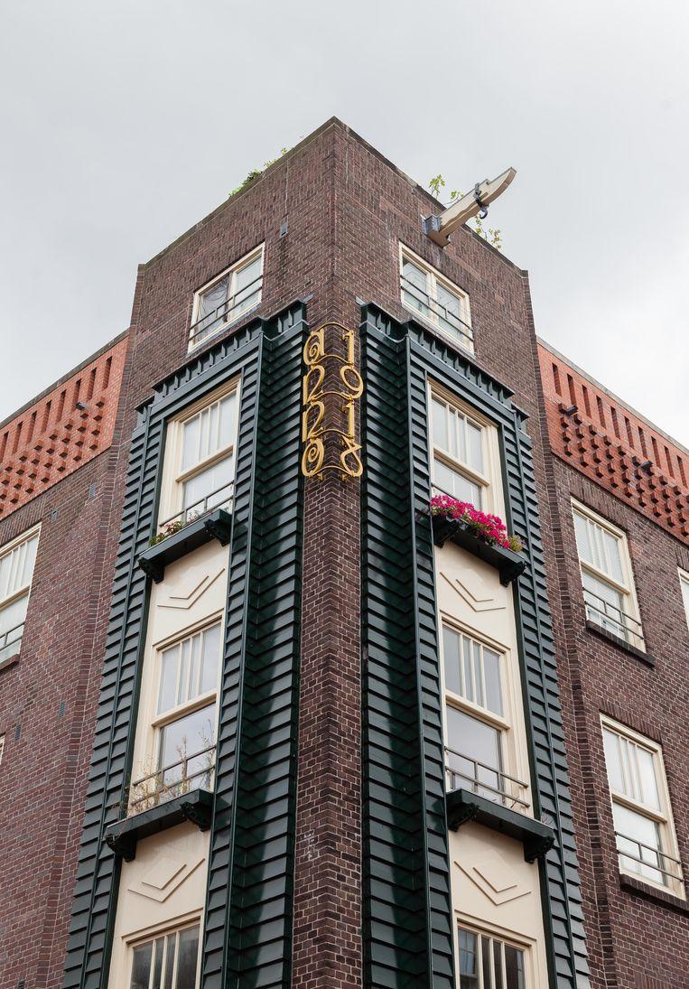 Op 31 juli zochten we het woningcomplex van architect Guillaume Frédéric La Croix, gerealiseerd in 1918, zoals het sierlijke gietijzeren ornament in Amsterdamse Schoolstijl aangeeft. Winnaar van het jaarabonnement op Ons Amsterdam is Han Groenhard.  Beeld Nina Schollaardt