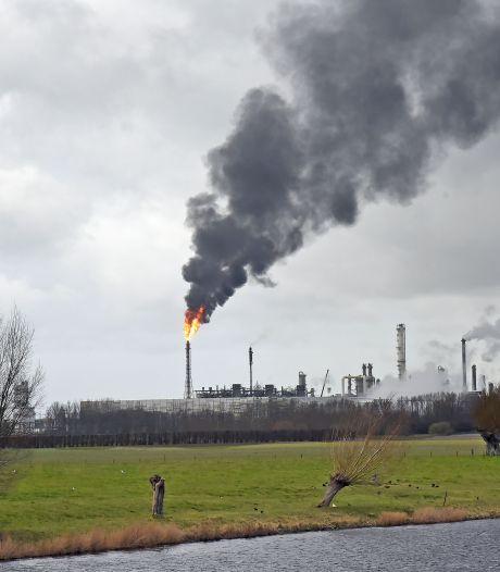 Metershoge vlam boven terrein Dow Terneuzen na procesverstoring in één van de krakers