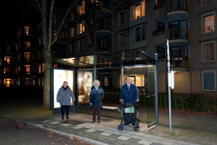 """Van links naar rechts de dames Middelburg en Manders, daarnaast de heer Zuethof. Ze wonen alle drie in Ludgerus. ,,Alle mensen hier zijn 65-plus, maar er wonen ook 90-plussers."""""""
