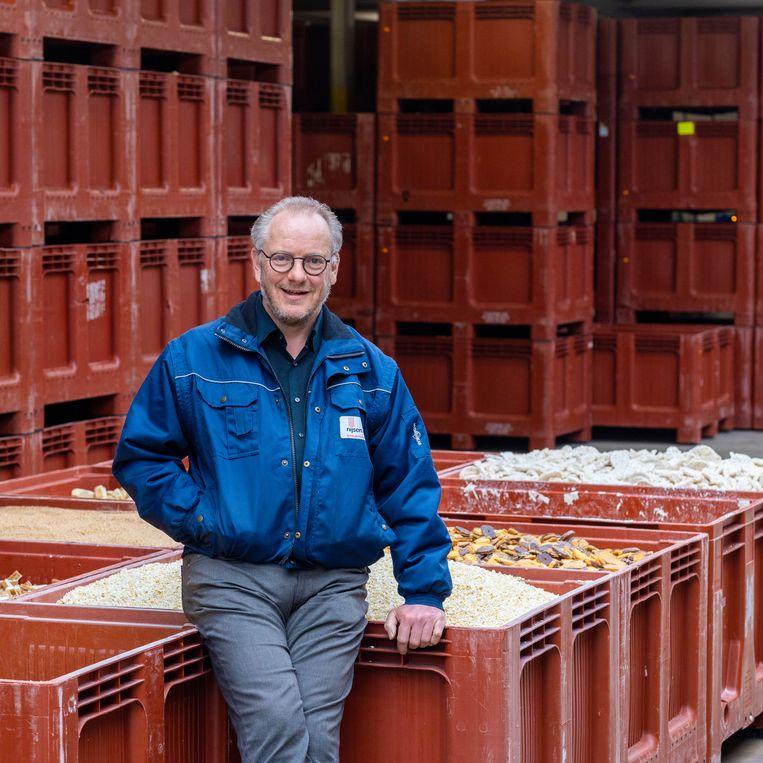 John Geurts, directeur van Nijsen/Granico toont producten die bewerkt worden tot veevoer.  Beeld Ines Vansteenkiste-Muylle