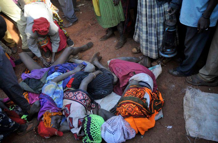 Prisca Korein, een 62-jarige besnijdster, onderwerpt tienermeisjes aan genitale verminking tijdens een openbare ceremonie in het district Bukwa in het oosten van Oeganda, 15 december 2018. De meisjes zijn lid van de Sebei-stam.  Beeld REUTERS