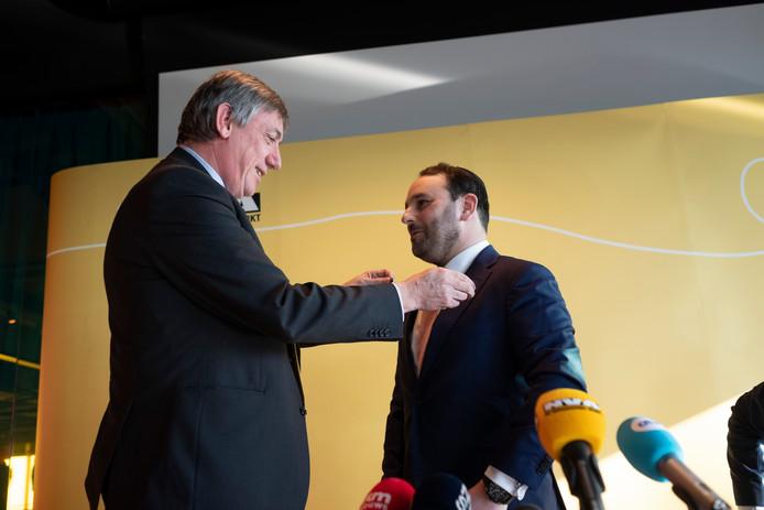 Michael Freilich krijgt van kandidaat-premier Jan Jambon een N-VA-pin op de veste gespeld.