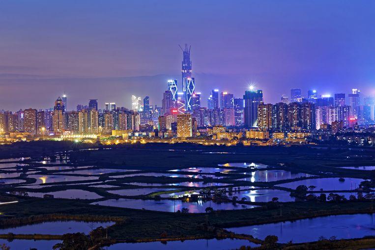 Een zicht op de skyline van Shenzhen, als de avond valt.