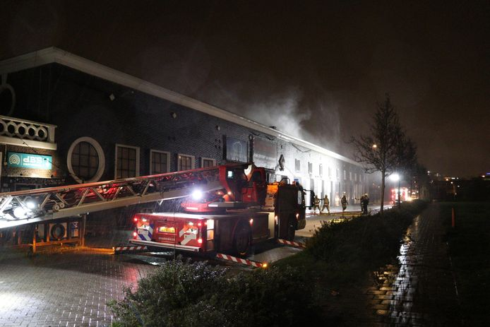 De brandweer druk met blussen van de brand in het voormalig CAB-gebouw langs de Cartesiusweg in Utrecht