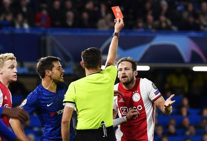 In het laatste duel dat Ajax speelde in Engeland, ging het gruwelijk mis: Een 1-4 voorsprong werd verspeeld na twee rode kaarten voor Daley Blind en Joël Veltman.