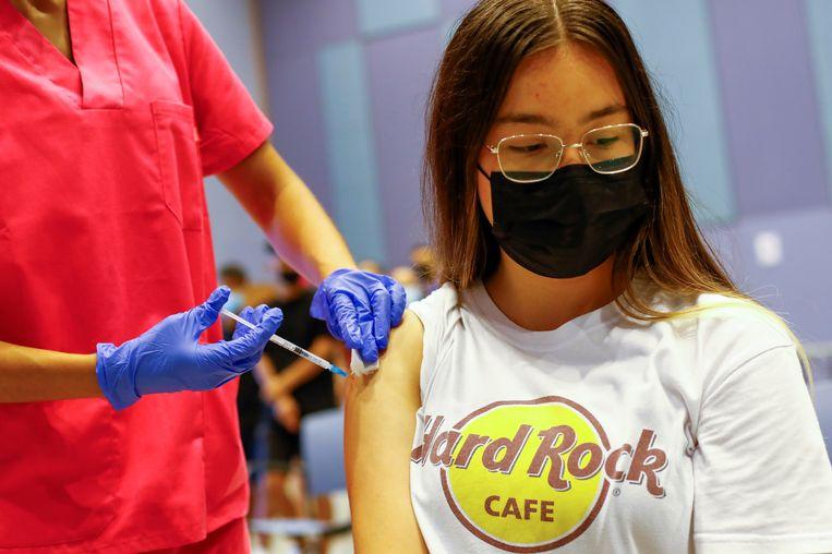 In Spanje worden minderjarigen vanaf 12 jaar al ingeënt met het vaccin van Moderna. Beeld REUTERS