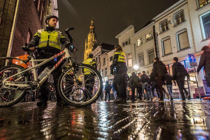 Minder politie, maar gastheren die stappers begeleiden. Zaterdagavond begint de pilot van de gemeente, politie, SfeerBeheer en horeca om agressie tegen te gaan op stapavonden.