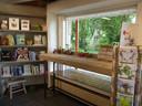 De boekenhoek met zicht op de boerderij.