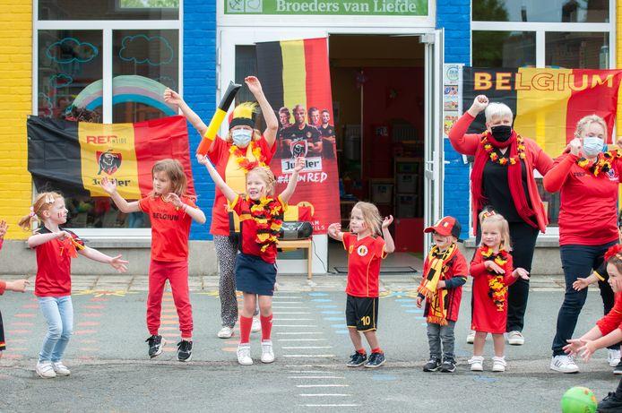 De leerlingen van het schooltje op de Valkenberg voetbalden, zongen en dansten.