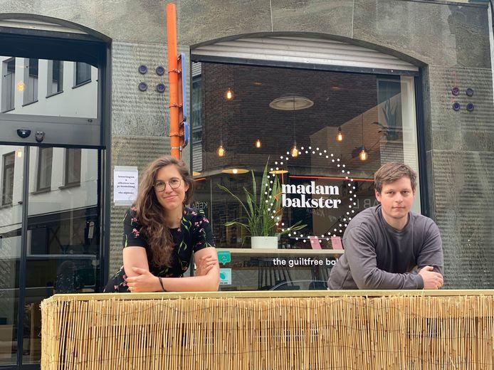 Laura en Wesley op het terras.