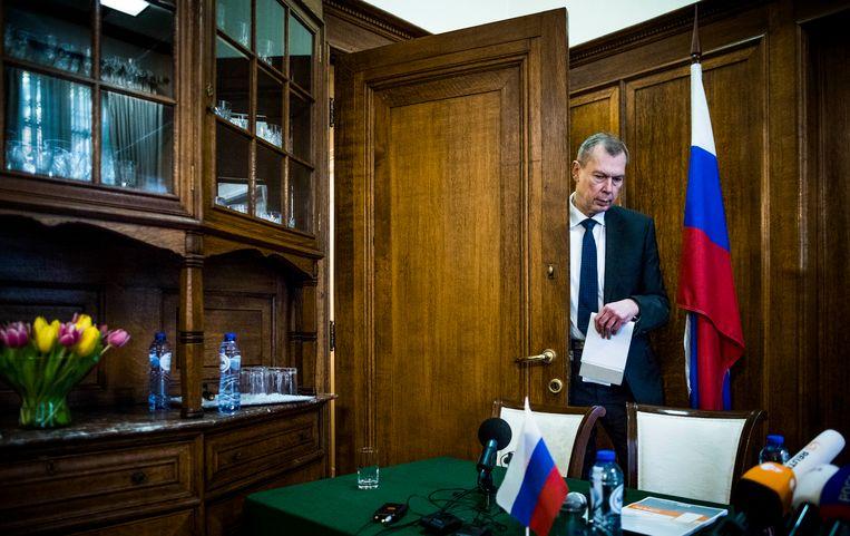 De Russische ambassadeur Sjoelgin, gisteren kort voor zijn persconferentie in Den Haag. Beeld Freek van den Bergh / de Volkskrant