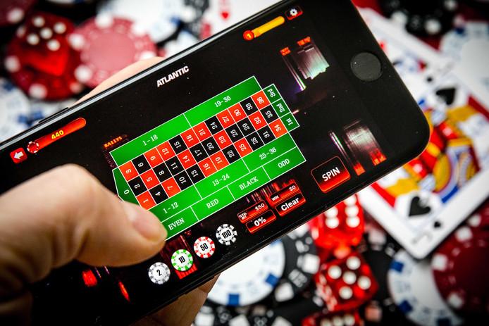 Een telefoon met een online casino. Ruim 1,8 miljoen Nederlanders gaven in 2018 aan weleens tegen betaling een online kansspel te spelen.