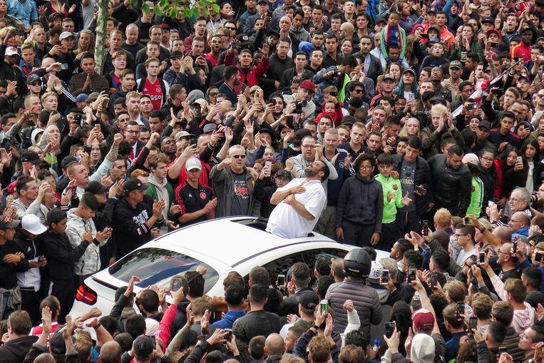 De vader van Abdelhak Nouri bedankt de fans voor hun komst bij het huis van de Ajacied, vlak nadat hij in het ziekenhuis werd opgenomen. Beeld ANP