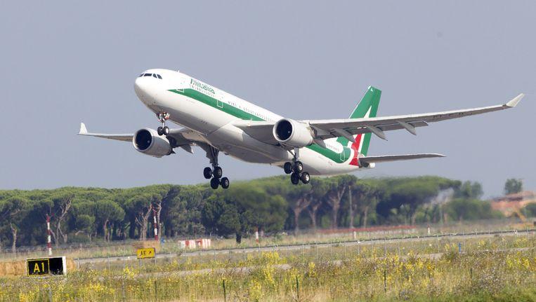 Een vliegtuig van Alitalia vertrekt op de luchthaven Fiumicino (archiefbeeld). Beeld AP