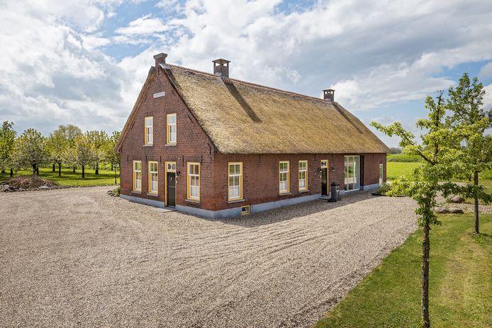 Woonboerderij aan de Veldstraat in Wijk en Aalburg.