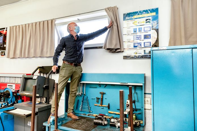 Veel scholen hebben lokalen waar amper ramen zijn die openkunnen - in het Gentse HTI Sint-Antonius moet de directeur op een tafeltje klimmen om bij het kiepraam te kunnen.