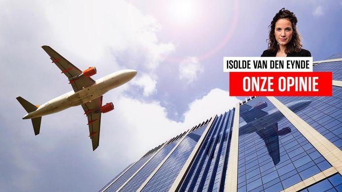 Een vliegtuig vliegt over de Financietoren in Brussel.