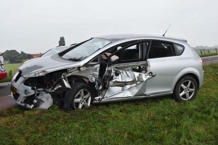 Bij de botsing waren twee auto's en een tractor betrokken.