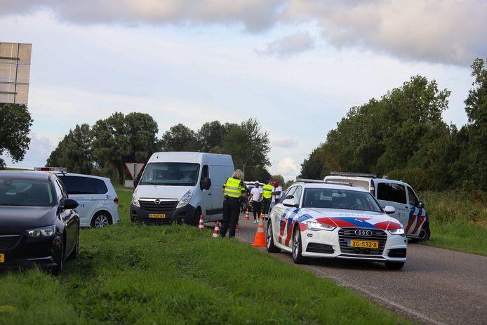 De politie legde zondag de straatrace op de IJsselmeerdijk stil.