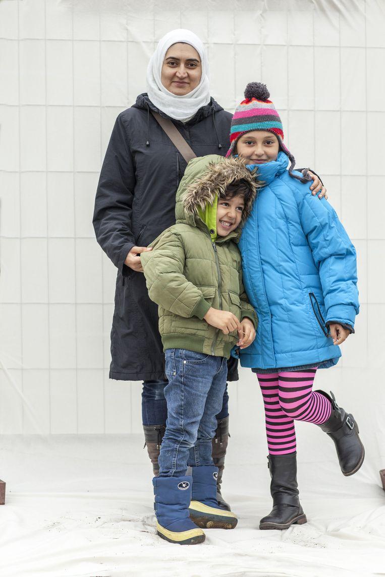 Nour Hajdarwish (34), zoon Abdu Hamid (5) en dochter Tayma (9) uit Idlib. Zij en haar man (niet op de foto) hadden allebei een apotheek. Ze hopen hier snel weer als apotheker aan de slag te kunnen. Beeld Harry Cock/de Volkskrant
