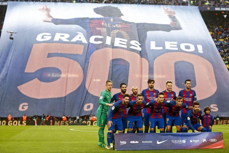 Camp Nou eerde Messi, die tegen Real zijn 500ste doelpunt lukte, met een reusachtig spandoek. Beeld EPA