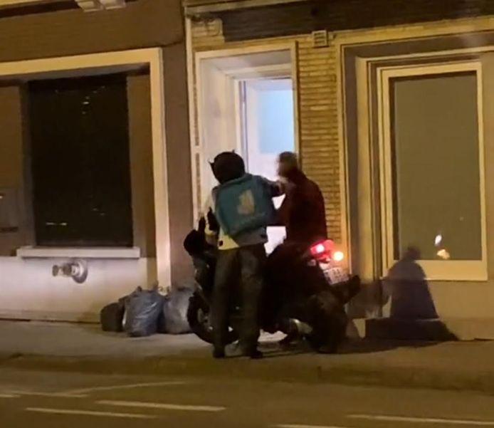 De koerier van Deliveroo geeft de man een vuistslag