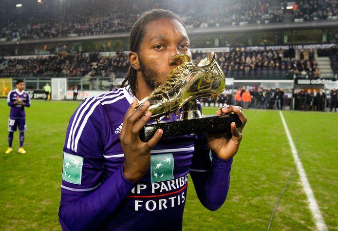 Dieumerci Mbokani in het shirt van Anderlecht en met de Gouden Schoen.