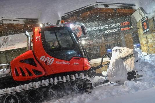 Een sneeuwschuiver aan het werk in Val Thorens.
