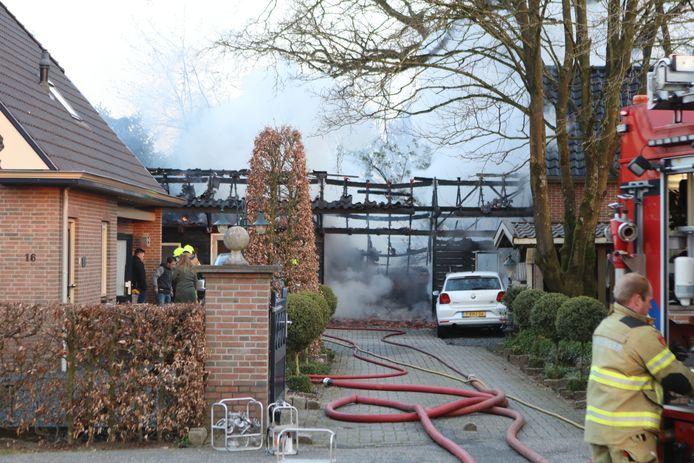 De brandweer moest flink aan de bak om het vuur in de schuur te blussen in Ede.