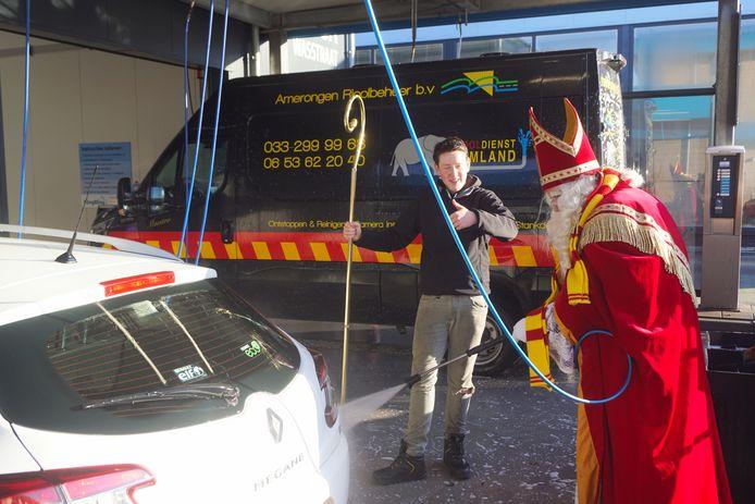 Sinterklaas wast auto's in Bunschoten voor goede doel
