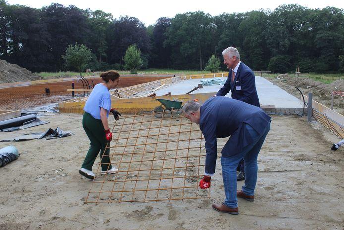 Onder andere burgemeester Pieter De Crem en minister Zuhal Demir hielpen enkele weken geleden al even mee bij de start van de bouw. Toch voor de foto.