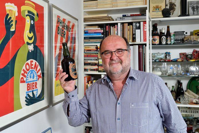Onno Kleefkens te midden van zijn Phoenix-verzameling. Hij houdt een bierflesje uit 1925 omhoog, het eerste met statiegeld.