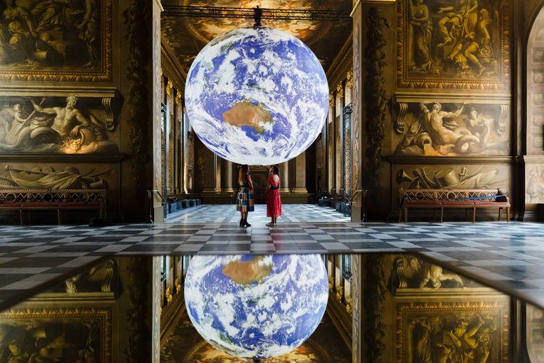 Verhip, die blauwe erwt is de aarde. Astronaut Neil Armstrong schijnt dat geroepen te hebben tijdens zijn maanreis in 1969. Die sensatie wil kunstenaar Luke Jerram oproepen met 'Gaia', een draaiende, verlichte erwt van zeven meter doorsnee, met daarop door Nasa gemaakte beelden van de aarde. Te zien in the Royal Naval College in London.  Beeld EPA