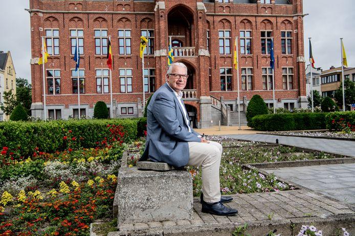 Piet De Groote voor het stadhuis van Knokke-Heist.