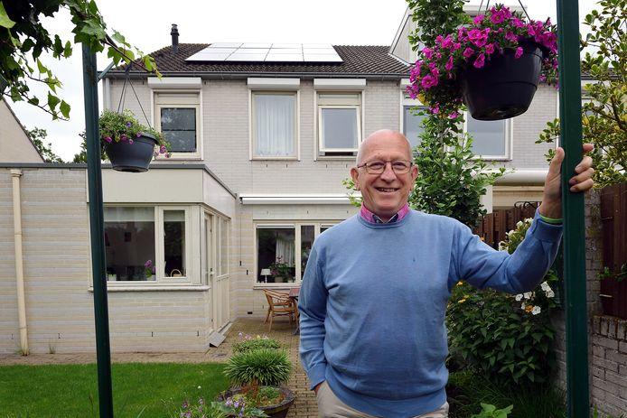 Misschien is Marius van Amen (83) wel een van de oudste woningbezitters in Nederland mét zonnepanelen. Op zijn twee-onder-een-kapwoning prijken twaalf panelen. Voor de aanleg vroeg hij een stimuleringslening aan van 7.000 euro, maar die werd afgewezen vanwege zijn leeftijd.