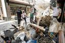 Rode Kruis-medewerkers die bezig zijn met puinruimen in Valkenburg.