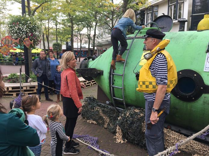 Kapitein Kosto nodigt kinderen uit voor een avontuur in zijn duikboot.