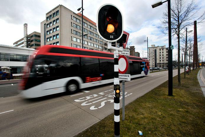 Een bus op de busbaan in Strijp S in Eindhoven. Foto DCI Media