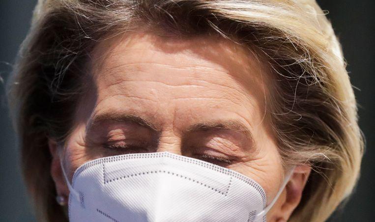 Ursula von der Leyen ligt onder vuur voor haar beleid, al zijn er heel wat verzachtende omstandigheden. Hendrik vos: 'Dit is gewoon een klotedossier. De vertraging ligt niet aan één persoon.' Beeld EPA