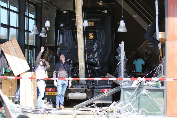 Een vrachtwagen is vanmiddag dwars door de gevel gereden van een kledingwinkel aan het Honderdland in Maasdijk. De gemeente en brandweer deden onderzoek naar mogelijk instortingsgevaar.