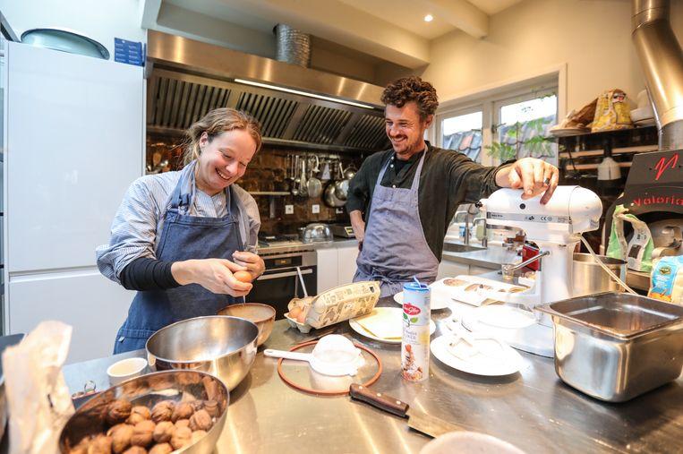 Gilles in eigen keuken met Wytske Versteeg. Beeld Eva Plevier