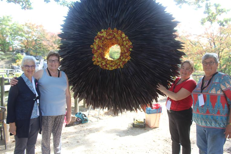 Verschillende vrijwilligers werkten mee aan de bloemenkunstwerken