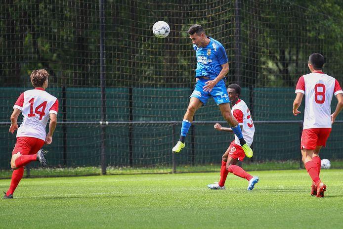 Vitesse-spits Oussama Darfalou knikt de 1-0 binnen tegen Jong FCUtrecht.